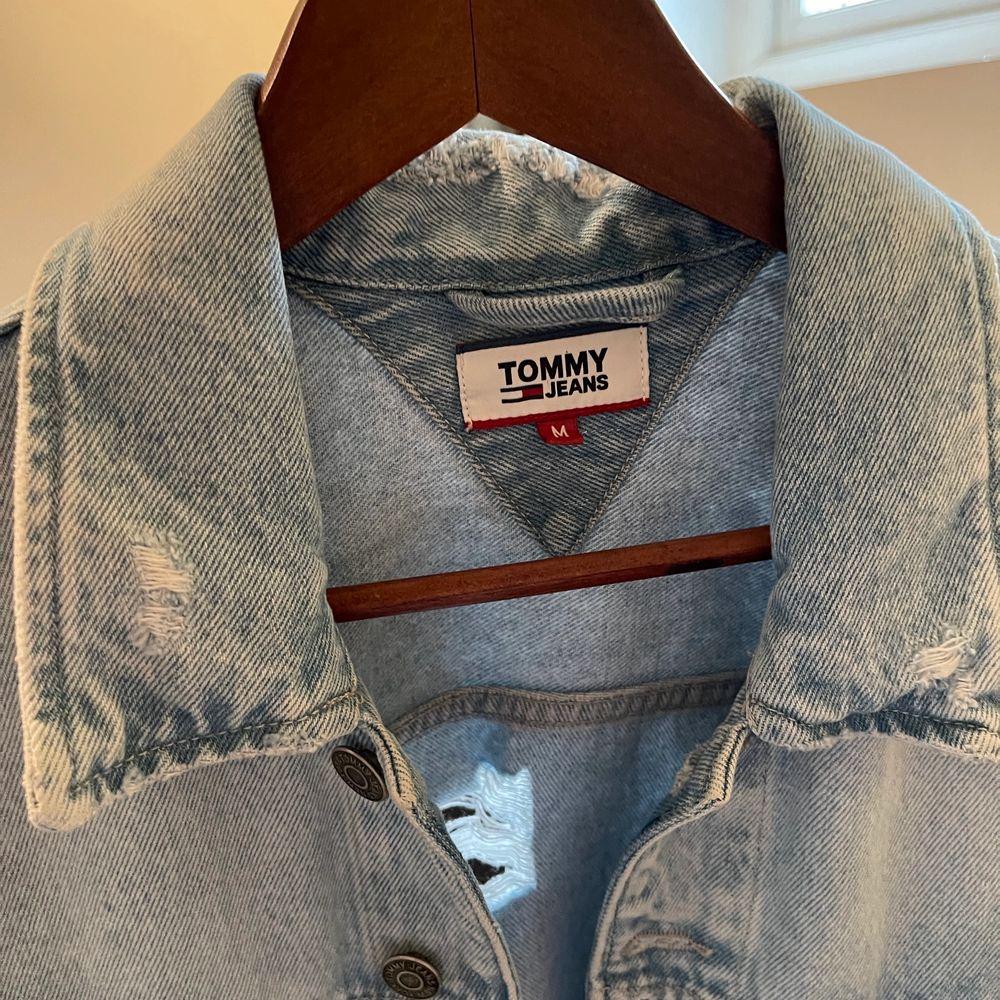 Oversized jeansjacka från Tommy Hilfiger i perfekt skick! Fina slitningar och ljusare partier!✨✨ köparen står för frakten🥰. Jackor.