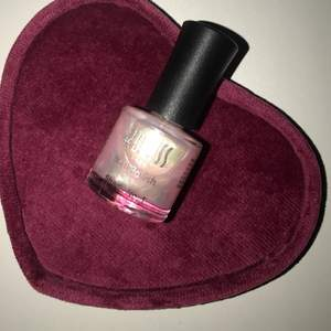 Säljer denna magiska nagellacken i glittrig ljus rosa färg 🌸💗🎀✨💫, helt ny, har bara testat färgen. Säljer pga använder inte längre nagellack.