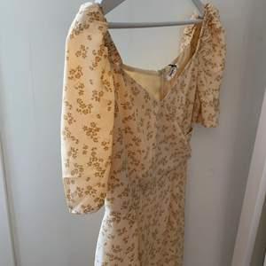 En gul somrig klänning från Glamorous. Super söt och sitter jättefint på. Passar som en 36. Vid fler funderingar hör gärna av dig💛