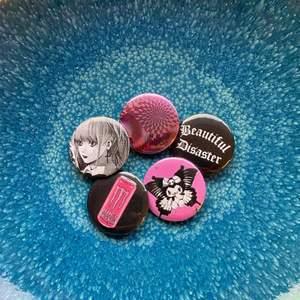 Pins, 10:-/st superfina att sätta på väskan eller jackan, bestäm själv vilja du vill ha (finns massor på profilen) 💕 Stickers, 5st 30:- 💙