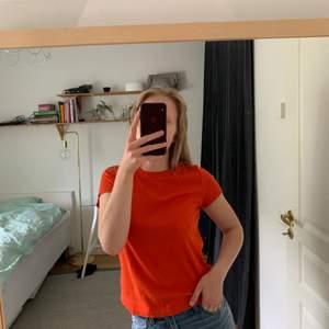 Röd-orange t-shirt från Monki, strl XS. Ribbat material, första bilden återger färgen bäst. Jag på bilden har XS/S och är 166 cm. Kolla gärna in mina andra annonser också, har storrensat garderoben ✨✨