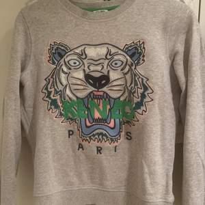 Säljer min kenzo tröja i storlek S. Bra skick. Köpt på johnells för 2500kr. Köparen står för frakten. Kan även mötas upp runt stockholm. Pris kan disskuteras.