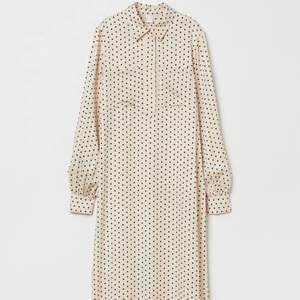 Prickig långklänning från H&M i storlek S, använd en gång💘