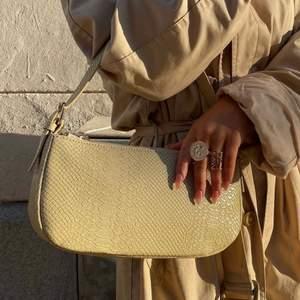 Två super fina väskor från By Bianca Ingrosso. En beige  baguette väska och en beige bag in bag väska, helt slutsålda. Väskorna är i fint skick. 💕 1 Väska för 200kr och båda för 300kr.