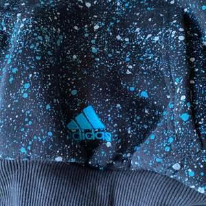 Adidas hoodie i fint skick, använd fåtal gånger. Säljer då den inte används särkilt mycket! Men superfin!! Storlek: Xl men mer som en S
