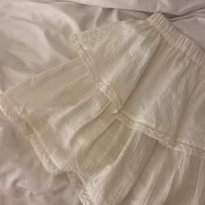 Säljer nu min fina volangkjol i linne då den inte kommer till användning längre. Inte alls genomskinlig med söta detaljer💞