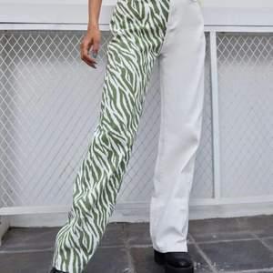 Säljer nu mina zebra jeans som tyvärr är lite förstora för mig, dom är i storleken xs-s, Jensen är svarta ist för gröna men hitta inte dom på nätet bara dom gröna! Tredje bilden är dom svarta som jag säljer! Dom är i super fint skick har aldrig andvänt dom eftersom dom är förstora för mig. Säljer dom för 150kr! Skicka för intresse eller för flera bilder på jeansen!😋 Budet ligger på 160-165kr buda med minst 5kr