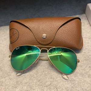 Ray Ban solglasögon grön/blåa med spegelglas. Sparsamt använda