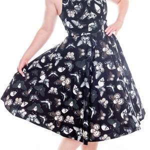 Svart halterneck klänning med dödskallar och fjärilar/malar. Storlek S. Obs! underkjol ingår inte. Plick envisas med att beskära bilderna bättre bilder finns här https://public.fotki.com/Demona/closet/