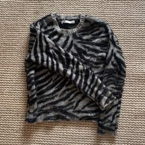 Skitsnygg stickad tröja med zebra mönster, helt i nytt skick! köparen står för frakt