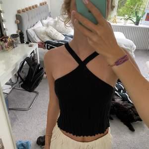 Det här är ett populärt svart linne från Zara med korsade band. Säljer den för att jag knappt fått någon användning av den, därav är den i nyskick. Den slutar strax över naveln på mig & jag är 172 cm lång. Den är i storlek S. Säljer den för 80kr & 45kr frakt. Skriv till mig om ni är intresserade av plagget & vill ha lite mer information! 💕💕💕