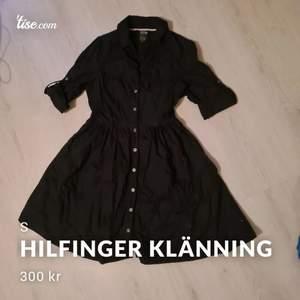 As fin klänning från tommy hilfiger, välanvänd men i väldigt gott skick storlek S. Nypris ca 1500kr säljes för 300kr plus frakt. Bättre bilder fås vid intresse.