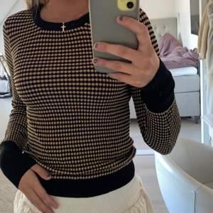 säljer denna fina tröja då den tyvärr inte kommer till användning så ofta. jätte fin och skön! är i storlek S men passar även en Xs och M 💞💞💞💞