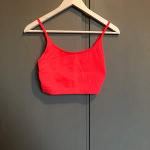 Ett linne från newyorker i storlek S. Har klippt bort lapparna i ryggen! Använt ungefär 1-2 ggr. Köparen står för frakten☀️