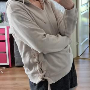 En hoodie som jag fick från en släkting i USA och den har inte riktigt kommit till användning, därför säljer jag den till nån som kommer använda den mer än mig! Knytning på vänster sida