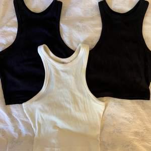 Säljer tre fina linnen! Två svarta och en krämvit, alla i storlek XS, passar även S. Köp ett linne för 70, två för 140 och tre för 210. Köparen står för frakten 44 kronor💖 Finns endast ett svart linne kvar!!!