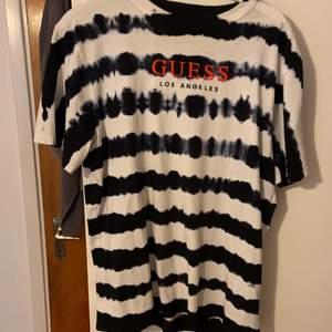 Unik och snygg Guess tröja köpt i Tyskland. Har inte använt den mer än 5 gånger sen jag köpte den så den är i jättefint skick. Nypris låg på 600kr. Storlek är S men sitter som en M/L