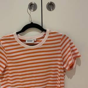 Orange/vit randig t-shirt från Weekday i storlek S. Använd 1-2 gånger och säljer då jag inte får någon användning av den💓💓💓 Köpare står för frakt och kontakta mig vid frågor/fler bilder!!!