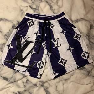 Lila/svart/vita LV shorts som är suuupersköna! Men, dom är inte riktigt min stil och kommer inte till användning. Hoppas någon är intresserad🥰