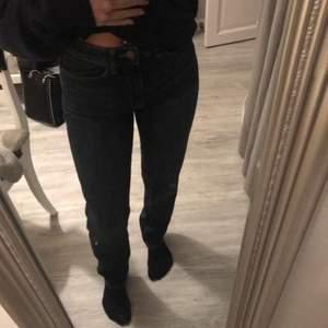 Mörkblåa jeans från Lindex som är i oanvända. De är raka och långa i modellen. Supersköna att ha på sig, de är mjuka utan att de tappar formen🧚♂️