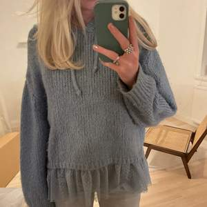Super mysig stickad luvtröja m volang från Zara!💕