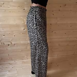 Byxor är från Lindex som jag aldrig har använt✨Byxorna är lite mer som  kostymbyxor💕Byxorna är leopard mönstrad✨💕Byxorna är i barn storlek💕Skriv privat för frågor och annat💕Köparen står för frakten📦💕