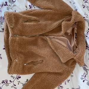Fin jacka från boohoo använd det förra vintern jätte varmt! I storlek 38.säljer det för att jag har typ en likadant