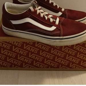 Hej jag säljer dom här skorna pga att dom är för små. Skorna är använd fåtal gånger, är som nyskick. Jag köpte dom i början av sommaren. Inköpspriset var 850 kr och jag säljer dom för 500 kr. Köparen betalar frakten💕