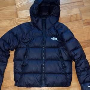 Säljer åt en kompis! The North Face jacka i storlek S. Köptes för 2500kr men säljs för 1500kr. Inga hål, knappt använd. 🖤