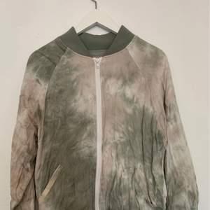 Superfin jacka köpt på Urban Outfitters i storlek M! Tdye modell Passar mig som är XS/ S ..Modell från without walls serien..  Använd enstaka gång och är i ett super skick 150 kr