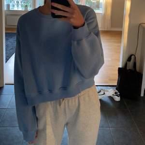 Superfin blå sweatshirt i storlek M, passar även S. Jättefin färg!
