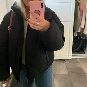 Säljer min puffer jacket ifrån Monki. Använd en vinter men bra skick!⚡️frakt tillkommer.