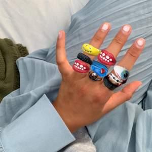 Bild 1: inklippta på fräscha sommarhänder bild 2: ringarna i verkligheten. Jättefina och sköna att ha på sig (får dig sticka ut något ;) har ett jack på baksidan därav är det något justerbara. Ringarna varierar i pris, fåtal klara att skickas därav först till kvarn💘 kram!