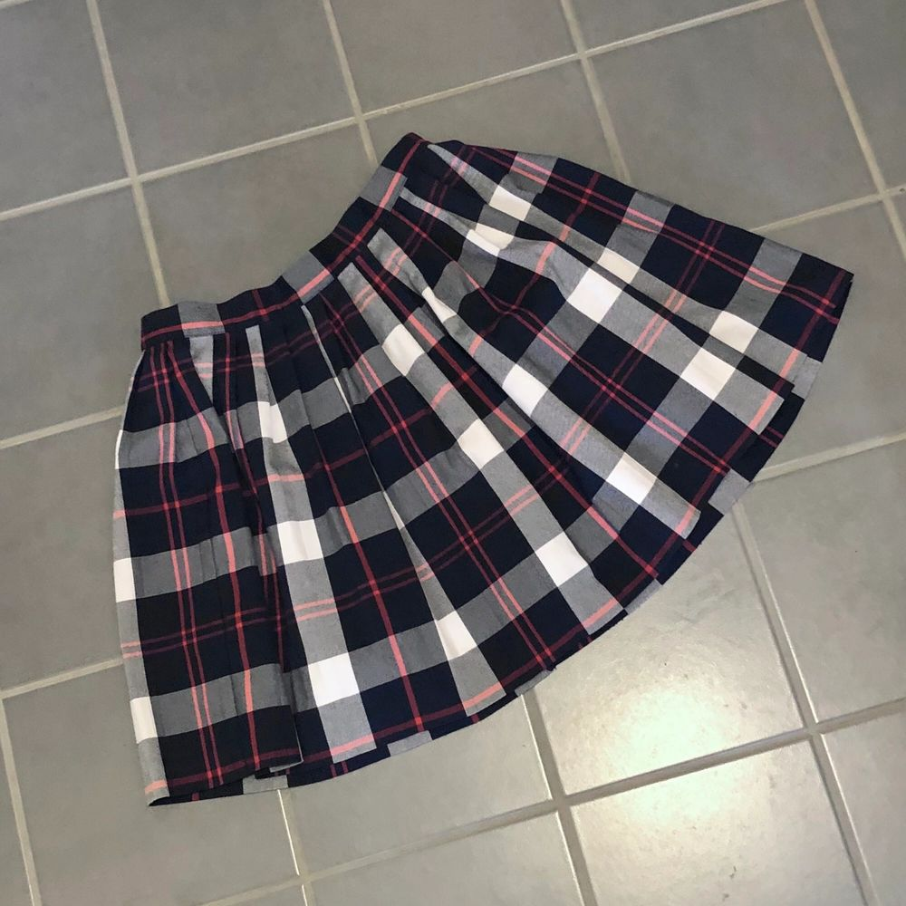 """En superfin """"school girl"""" kjol från Monki i storlek 36 (S). Dragkedja samt knapp i ryggen. Skick 9/10! Frakt på 44kr tillkommer om den ska skickas!. Kjolar."""