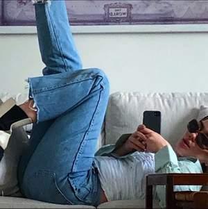 """Thriftade jeans i en ljus tvätt. Tydligt använda men inga defekter på så vis, typisk """"thriftad-look"""". Avklippta ben, slutar vid ankelhöjd på mig som är 170cm. Herrjeans i stl 32x34🤍"""