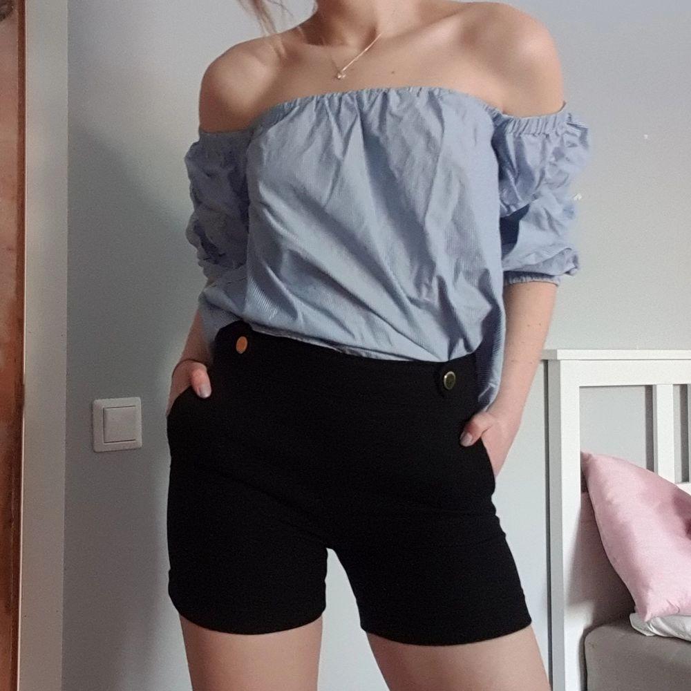 Superfin of shoulders topp att njuta av till sommaren. Blå och vit randig. Tips! Köp hela outfiten! Shortsen är också till salu:) Frakt tillkommer. Toppar.