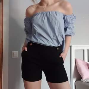 Superfin of shoulders topp att njuta av till sommaren. Blå och vit randig. Tips! Köp hela outfiten! Shortsen är också till salu:) Frakt tillkommer