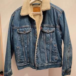 Säljer denna Levis jeans jackan i storlek S
