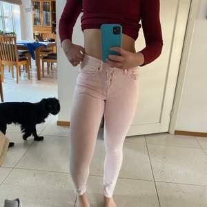 Ljusrosa levis jeans, försmå för mig därav halvbra bilder.