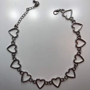 Ett super fint halsband med hjärtan som är sparsamt använt! Säljs då det inte kommit till användning på ett tag så hoppas någon annan får användning av det🥰 minns inte riktigt vad det kosta när jag köpte det eller vart jag köpte det✨