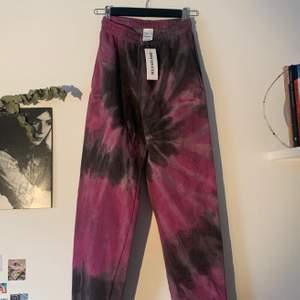 Slutsålda Tie-Dye mjukisbyxor från Urban Outfitters med iets frans-loggan och snörning på insidan! ALDRIG ANVÄNDA pga fel storlek.