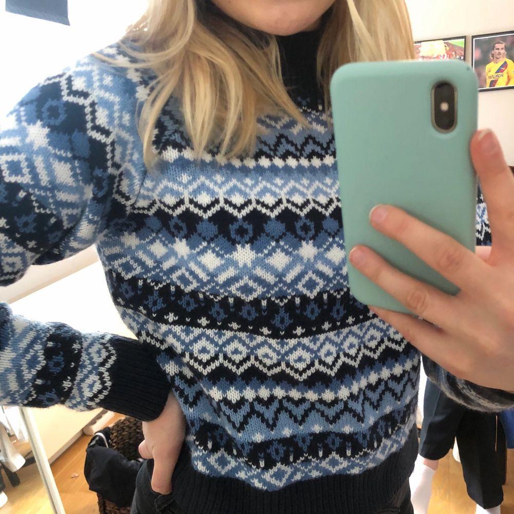 Jättefin blå tröja från Monki. Verkligen inte använd många gånger så den är i toppenskick. Jättemysigt mönster. Hög i kragen. Köparen står för frakt🥰. Tröjor & Koftor.