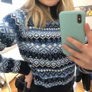 Jättefin blå tröja från Monki. Verkligen inte använd många gånger så den är i toppenskick. Jättemysigt mönster. Hög i kragen. Köparen står för frakt🥰