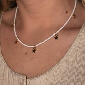 Hej! Jag gör massa fina halsband. Finns i jättemånga färger så skriv för önskemål osv. 100kr st.