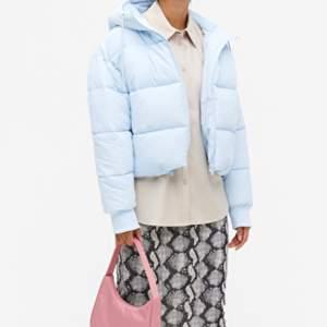 Säljer denna puffar jacket från monki. Köpt i augusti. SLUTSÅLD. Finaste babyblåa färgen. Sitter helt perfekt. Har för många jackor!