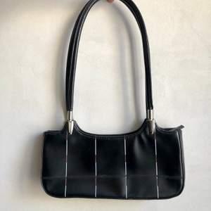 Superfin väska i bra kvalitet som jag tyvärr inte får användning för längre 😢 framsidan har vita/röda streck!