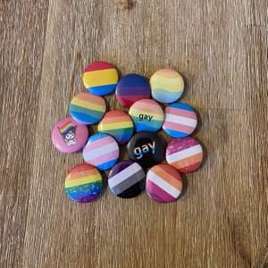 Pride pins till salu, alla på bilden 10:-/st och vill du ha någon annan flagga är det bara att skriva till oss, vi gör dem för 15:-/st. 🌈 Frakten är 12:- oavsett antal ✨