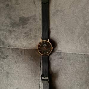 Säljer denna fina klocka jag inte använder längre😜 den är så fin men använder inte klockor längre så därför säljer jag den:) köpt för ca 1300kr och säkjer för 400😌
