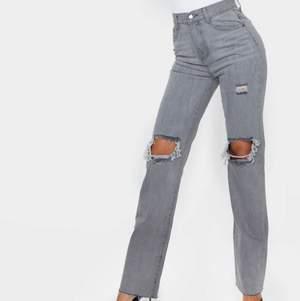 Säljer dessa skitsnygga grå jeans med hål på knäna. De var verkligen mina favoritbyxor men tröttnade på de! De är i jättebra skick och i storlek 38 men passar mig som är 36💕