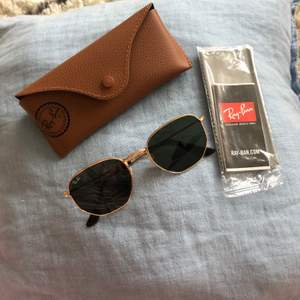 RAY-BAN Sunglasses Made in ITALY 🇮🇹 : RB3548-N 00154-21 I brought the wrong size and always keep it in the case ,new price 1670kr  need more info Pls Dm.